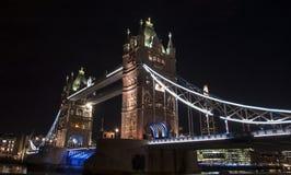 伦敦塔桥梁在晚上 免版税库存照片
