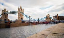 伦敦塔桥梁的繁忙的步行者 库存照片