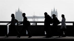 伦敦塔桥梁高峰时间通勤者 股票录像