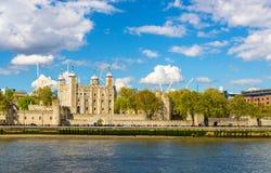 伦敦塔,在泰晤士的银行的一座历史的城堡 免版税库存照片