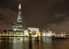 伦敦夜地平线、泰晤士河和碎片 免版税图库摄影