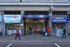 伦敦大理石曲拱地铁站入口 库存照片