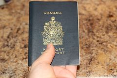 伦敦安大略加拿大- 2018年2月01日,持一本加拿大护照的一个人的社论照片说明概念  图库摄影