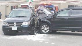 伦敦安大略,加拿大- 2016年5月03日:两被毁坏的车acc 免版税库存图片
