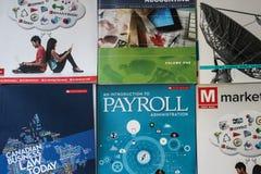 2017-12-13 - 伦敦安大略-用于大学和学院的各种各样的MCGRAW小山企业课本社论照片  免版税库存照片