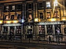伦敦客栈外部在晚上光 免版税库存图片