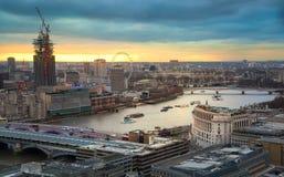 伦敦市、企业和银行业务唱腔 太阳集合的伦敦的全景 从圣保罗大教堂的看法 免版税库存照片