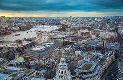 伦敦市、企业和银行业务唱腔 太阳集合的伦敦的全景 从圣保罗大教堂的看法 库存照片