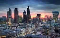 伦敦市、企业和银行业务唱腔 太阳集合的伦敦的全景 从圣保罗大教堂的看法 库存图片