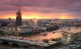伦敦市、企业和银行业务唱腔 太阳集合的伦敦的全景 免版税库存照片