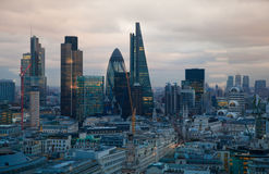 伦敦市、企业和银行业务唱腔 太阳集合的伦敦的全景 库存照片