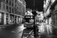 伦敦市公共汽车在晚上 库存图片