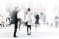 伦敦市午餐时间 办公室人的被弄脏的图象走在街道上的 伦敦英国 库存照片