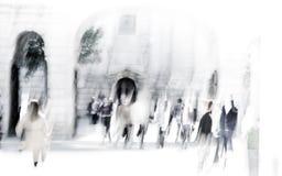 伦敦市午餐时间 办公室人的被弄脏的图象走在街道上的 伦敦英国 图库摄影
