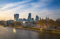 伦敦市和塔在泰晤士河太阳集合光的 免版税库存照片