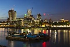 伦敦市和泰晤士河在晚上 免版税库存图片