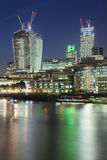 伦敦市和泰晤士河在晚上 免版税库存照片