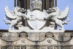 伦敦市在市政厅的冠雕塑在伦敦 库存照片