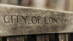 伦敦市在长凳刻记了 免版税库存照片