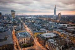 伦敦市拥挤的街黄昏的 第一晚上光和日落 从圣保罗大教堂的伦敦的全景 免版税库存图片