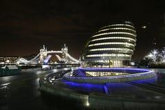伦敦市政厅和塔桥梁在晚上 免版税库存图片