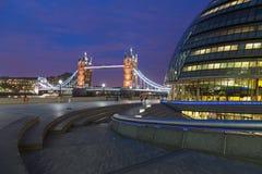 伦敦市政厅和塔桥梁 免版税库存照片