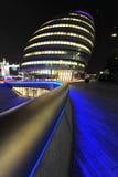伦敦市政厅在晚上 免版税库存图片