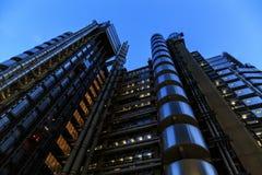 伦敦市的摩天大楼在晚上 库存图片