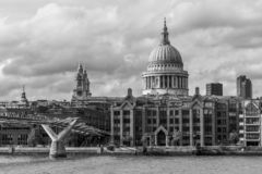 伦敦市,千年桥梁和圣保罗; s大教堂 免版税库存图片