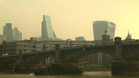 伦敦市,在前景的Southwark桥梁 影视素材