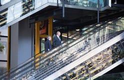 伦敦市,在街道上的走的商人 英国 库存图片