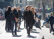 伦敦市,在街道上的走的商人 英国 免版税库存照片