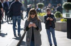 伦敦市,在街道上的走的商人 英国 图库摄影