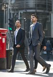 伦敦市,在街道上的走的商人 英国 库存照片