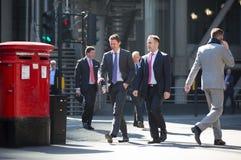 伦敦市,许多在街道上的走的人 英国 免版税库存照片