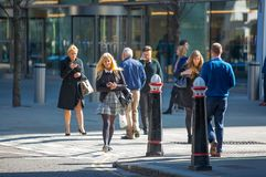 伦敦市,许多在街道上的走的商人 英国 图库摄影