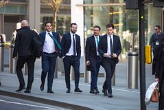 伦敦市,许多在街道上的走的商人 英国 免版税库存图片