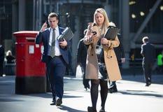 伦敦市,许多在街道上的走的商人 英国 库存照片