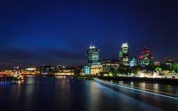 伦敦市/英国:在地平线的在微明期间的看法和泰晤士河从伦敦塔桥 免版税库存图片