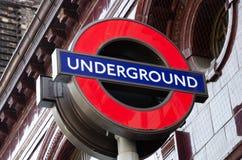 伦敦市/英国:在大本钟附近的地下标志在威斯敏斯特 库存照片