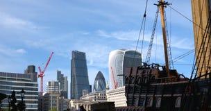 伦敦市scyscrapers和金黄后面 免版税库存照片
