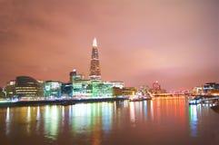 伦敦摩天大楼全景在晚上包括碎片 免版税图库摄影
