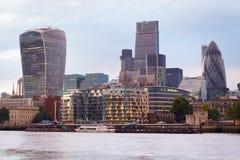 伦敦摩天大楼在日落的地平线视图与泰晤士河 免版税库存照片