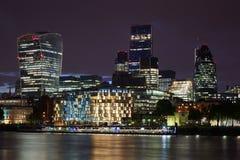 伦敦摩天大楼在晚上被阐明的地平线视图 免版税库存图片