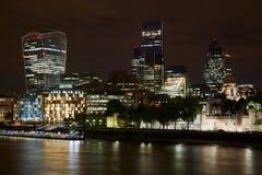 伦敦摩天大楼在晚上被阐明的地平线视图 库存照片