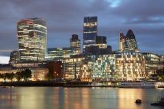 伦敦摩天大楼在晚上阐明的地平线视图 库存照片