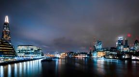 伦敦摩天大楼在晚上 免版税库存照片