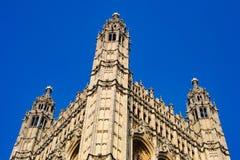 伦敦教会在天空的大教堂对比 图库摄影
