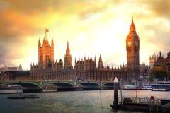 伦敦日落 议会,迷离大本钟和房子  免版税库存照片