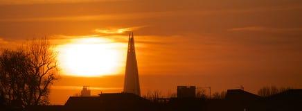 伦敦晚上摩天大楼碎片和太阳的市全景 图库摄影